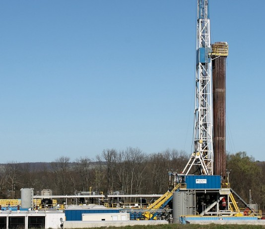 sshale oil and gas drilling rig